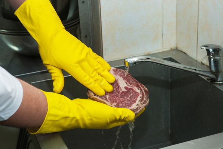 Ilustrasi mencuci daging, Sumber : lifestyle.kompas.com