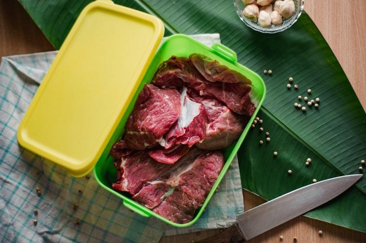 Menaruh daging di wadah tertutup, Sumber : zakatsukses.org